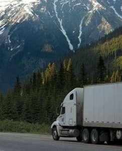 trailer y montañas