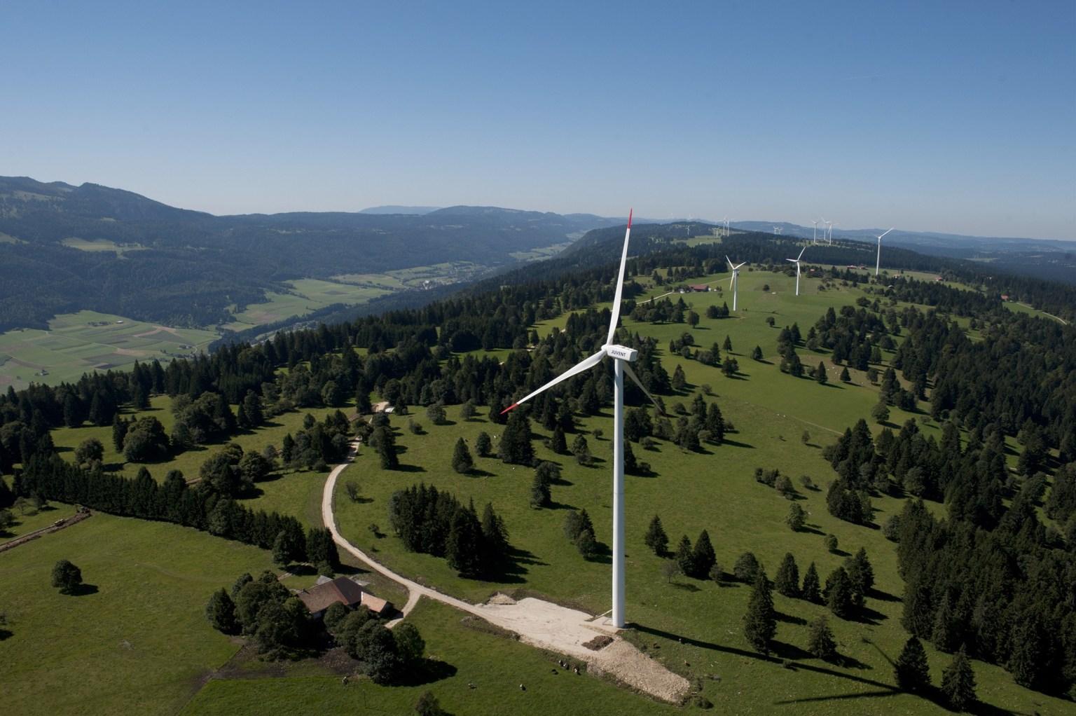 瑞士75%的电力来自可再生能源---伯尔尼汝拉州Mont Crosin的Juvent风电场是瑞士最大的风电场。