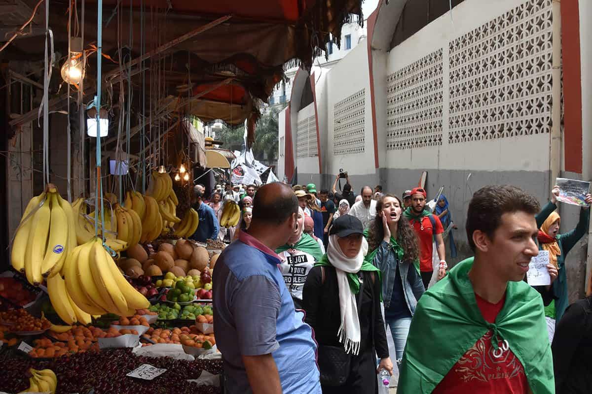 Les étudiants contournent le dispositif policier et passent par le marché Clauzel