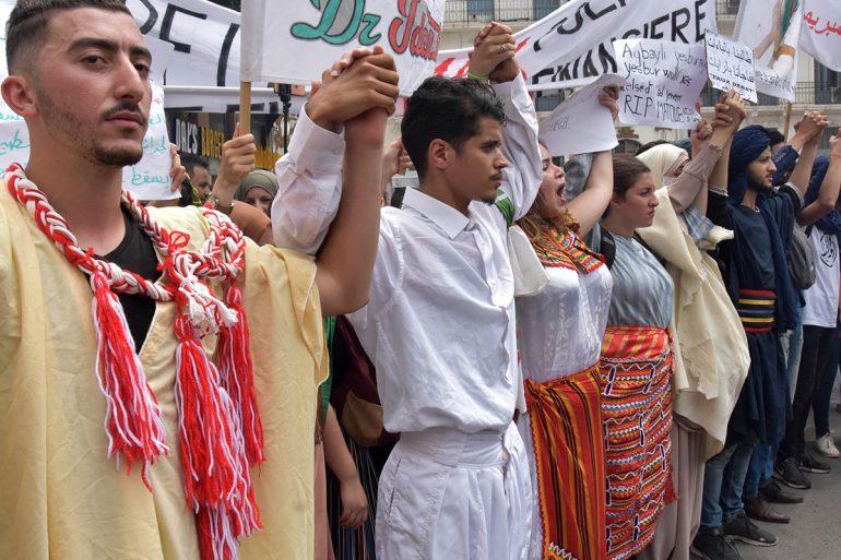 Les étudiants avec des tenues traditionnelles