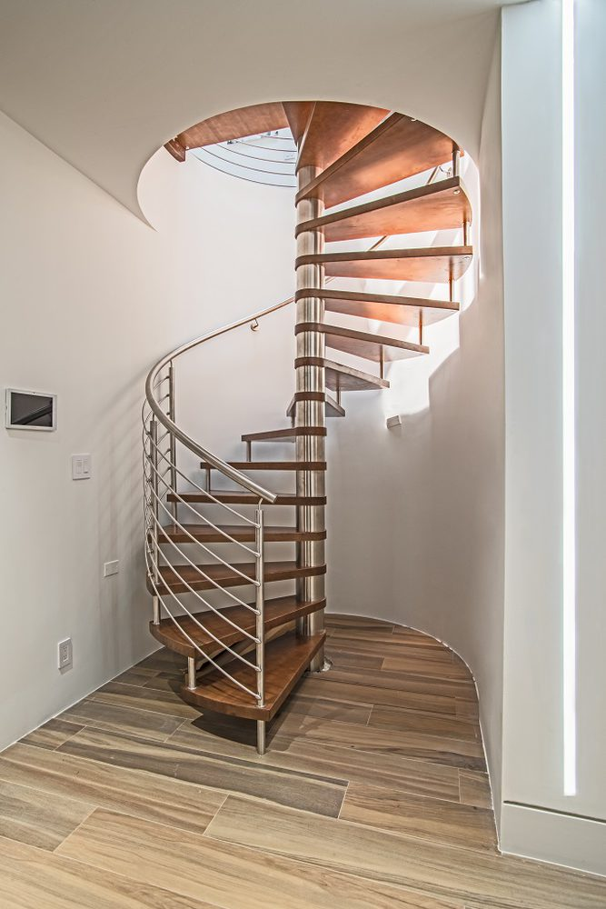 Particolare scala a chiocciola in metallo e legno