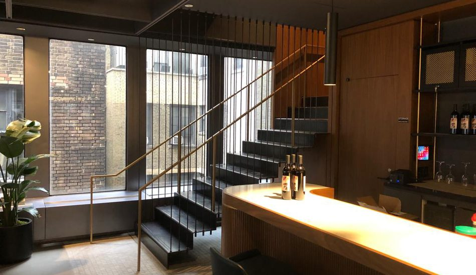 Scala rettilinea in lamiera pressopiegata, realizzata in un edificio nel cuore pulsante di New York, a Broadway.