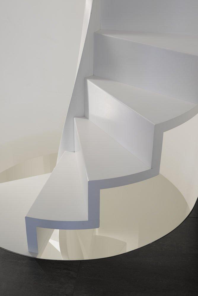 scala a chiocciola in legno bianco con striscia a led bianche
