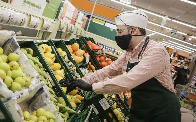 Consum equipa con gafas protectoras a sus trabajadores  de supermercados