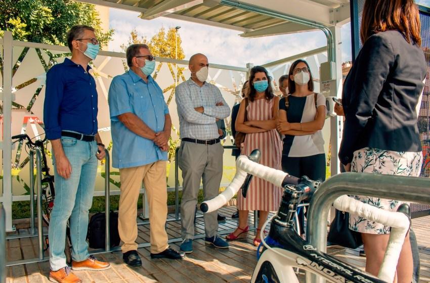 Arcadi España asiste en la estación de Torrent Avinguda a la puesta en marcha del primer cicloparc de la red de Metrovalencia