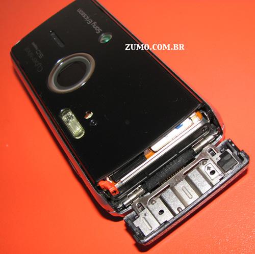 """K850: como o aparelho é todo """"selado"""", a bateria, cartão de memória e SIM card ficam na parte inferior do aparelho"""