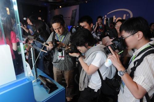 Mídia asiática quase sai no tapa para fotografar gadgets