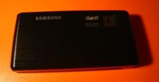 V820L: parte de trás mostra a câmera de 2 megapixels