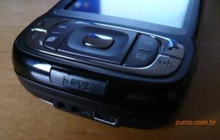 Conector USB e porta para cartão MicroSD