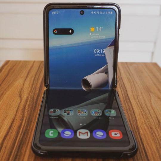 Galaxy Z Flip dobrado ao meio e apoiado em uma superfície