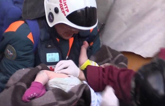 Жизнь младенца, спасенного из-под завалов в Магнитогорске, оказалась вне опасности
