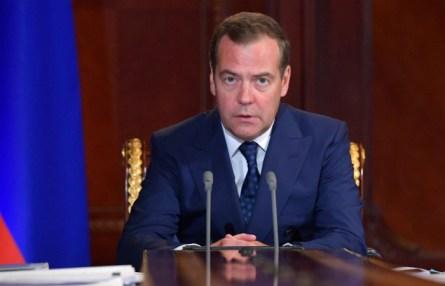 Медведев предложил заменить детские пособия в 50 руб. на адресную помощь нуждающимся