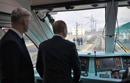 Путин поставил задачу отодвинуть железную дорогу и автотрассу от побережья Сочи