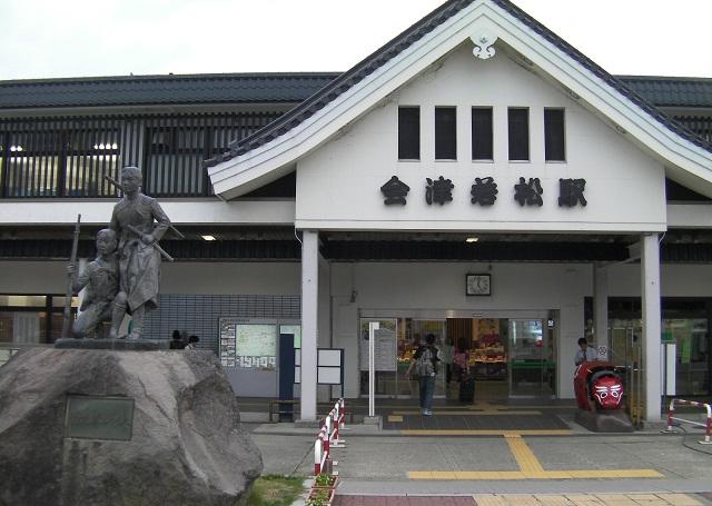 会津若松駅と白虎隊の像