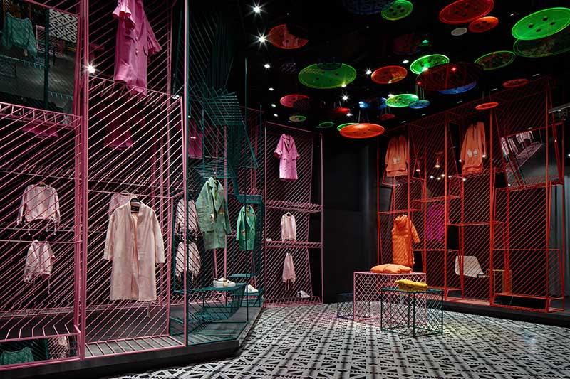 Tienda de ropa Jooos. Decoración con colores vivos.