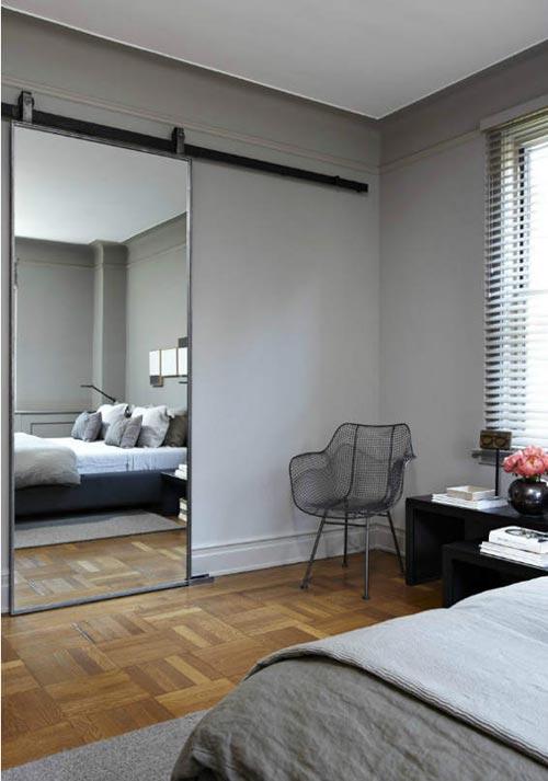 Grijze slaapkamer met schuifdeur  Interieur inrichting