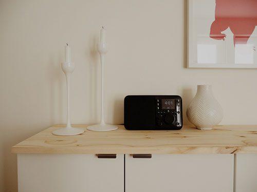 Houten plank op witte IKEA kast  Interieur inrichting
