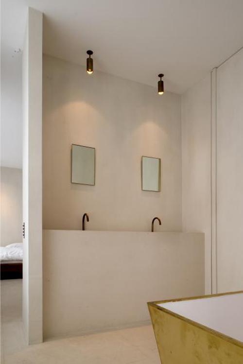 Minimalistische badkamer met gouden vintage details