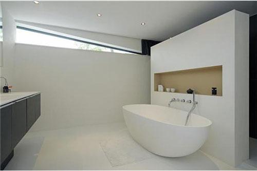 Langwerpige badkamer door architect Christopher Polly