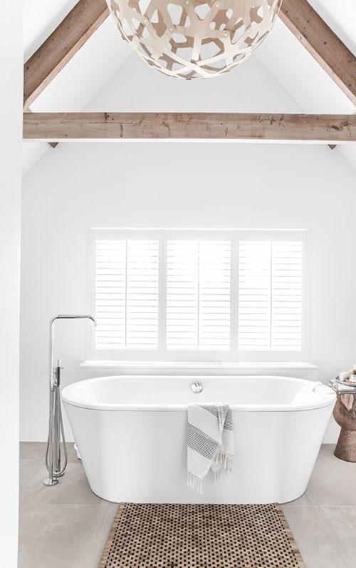 Rustieke badkamer met puntdak  Interieur inrichting