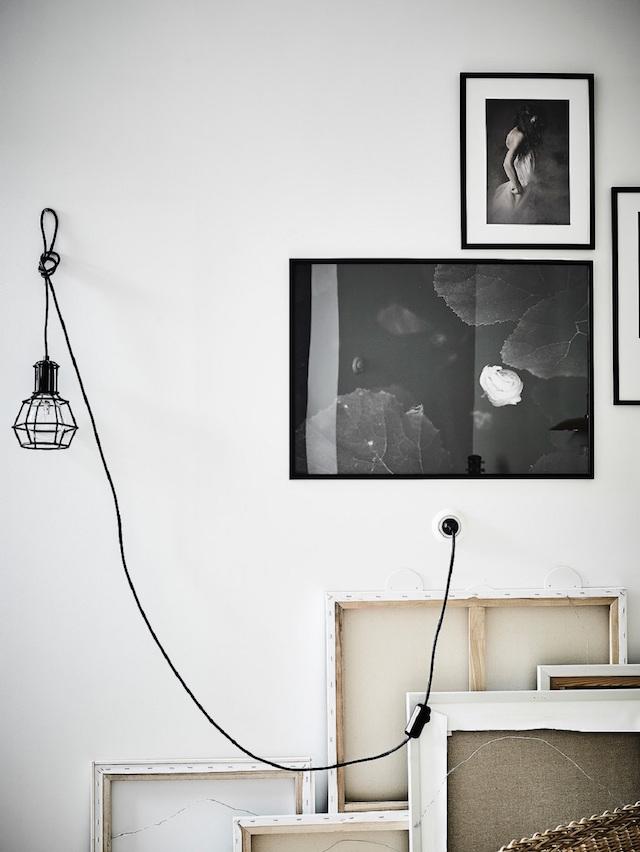 Scandinavische woonkamer met zwart wit en bruintinten