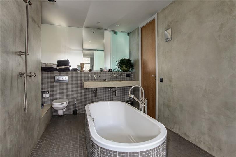Stoere grijze badkamer met betonstuc  Interieur inrichting