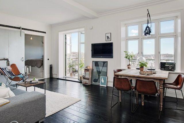 Stoere woonkamer met een fijn en zonnig balkon  Interieur