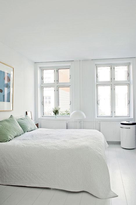 Witte slaapkamer met mintgroene inbouwkast  Interieur