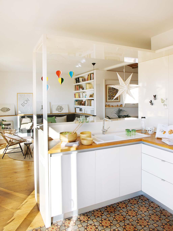 Zomerse woonkamer met keuken bar en eetkamer  Interieur