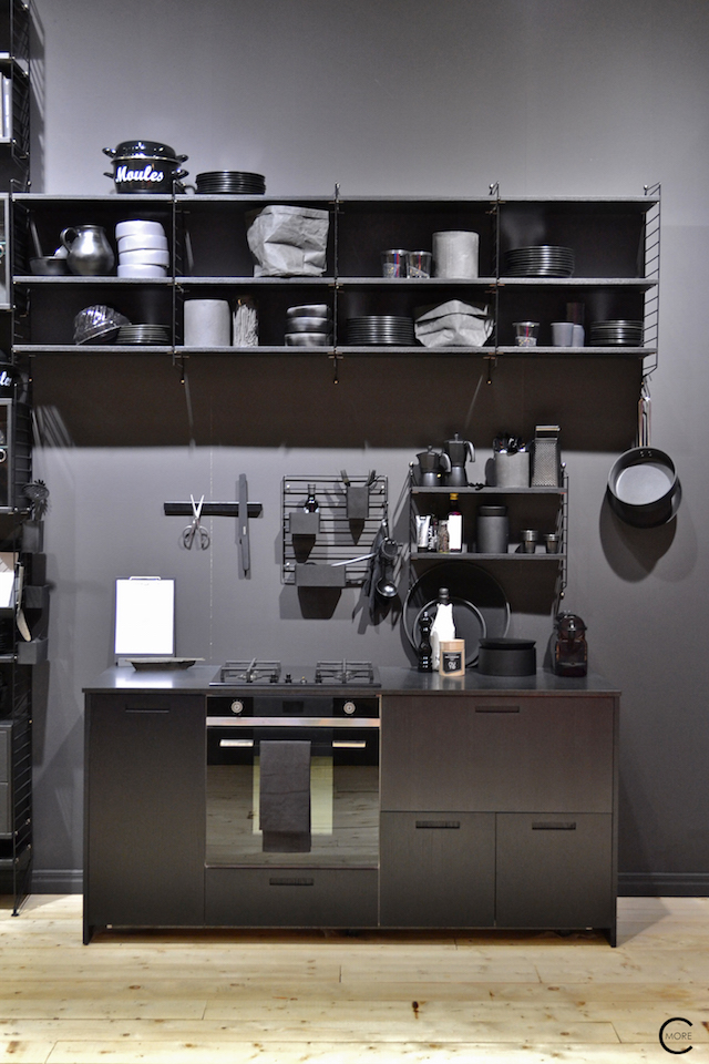 Black + White workplace and storage love | String Kitchen | Imm cologne 2016 String System + String works | © by C-more