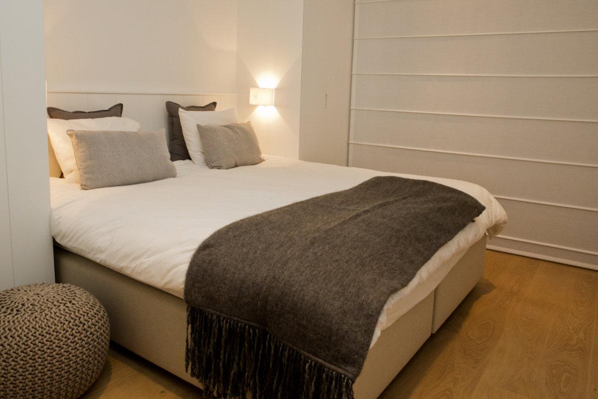 Appartement aan zee met wit interieur en houtaccenten