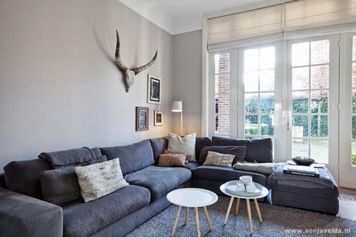 Een grijze bank stylen  Interieur Inspiratie