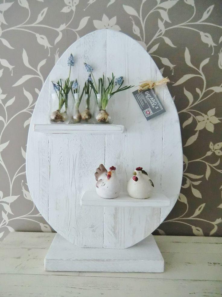 Paasdecoratie van oud hout gemaakte eieren