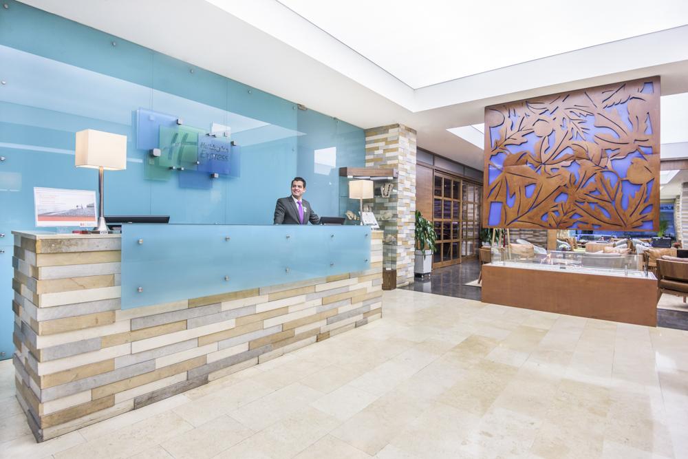 El lobby del hotel. La parte superior de la chimenea tiene un detalle decorativo oxidado. Fotografía: cortesía, OxoHotel.