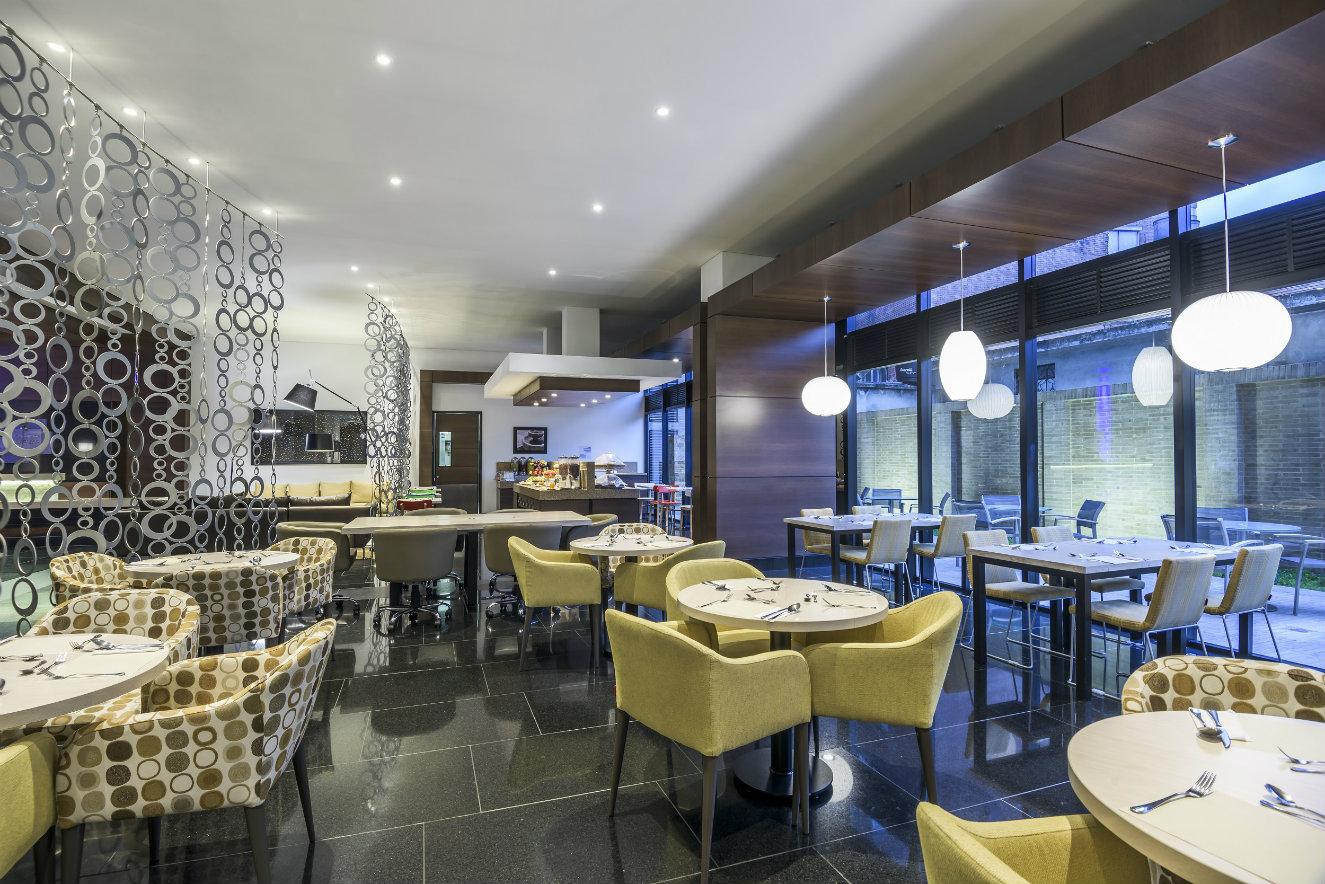 Salón y comedor del Holiday Inn Express&Suites Zona Financiera, en Bogotá. Fotografía: cortesía, OxoHotel.