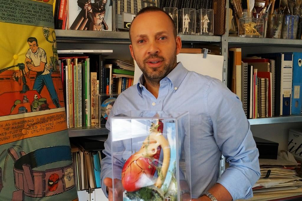 El artista Gabriel Ortega con una de sus esculturas.