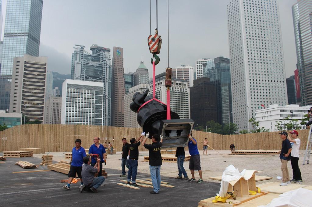 Vista durante el montaje de la exhibición 'Parque Botero' en Hong Kong.