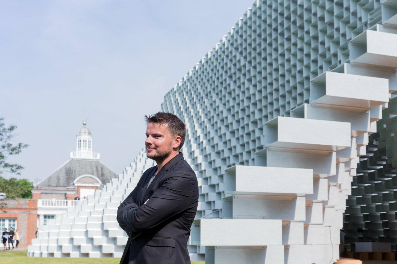 El arquitecto Bjarke Ingels junto al pabellón diseñado por su firma. Fotografía: © Iwan Bann, cortesía Serpentine Gallery,