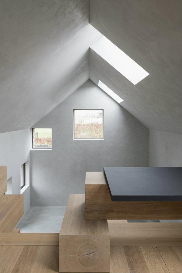Las ventanas y las claraboyas brindan abundante luz natural. Fotografía: Koen Van Damme.
