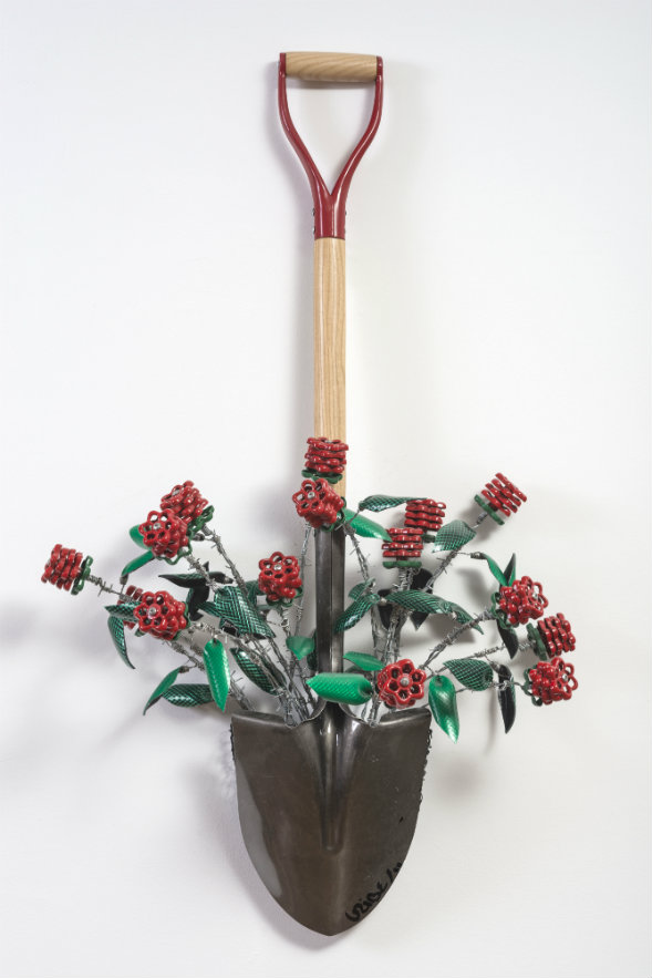 Federico Uribe. Pala y flores. Pala, manguera, llaves hidráulicas, alambre de púa y malla metálica. 106 x 46 x 20 cm. 2011.
