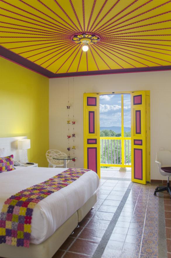 La doble altura de las habitaciones contribuye a que se mantengan frescas y ventiladas. El mobiliario contemporáneo constrasta con el colorido y los detalles artesanales de la decoración. Fotografía: cortesía.