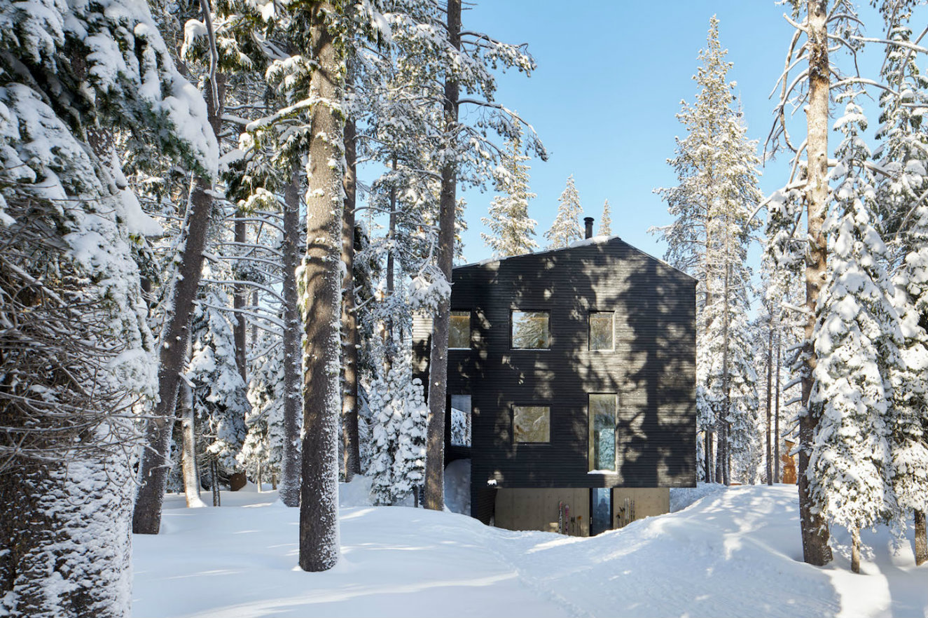 Troll hus rodeada de nieve