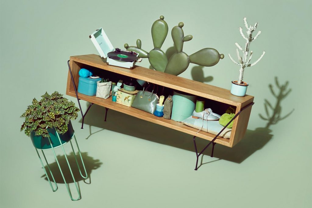 Con una tendencia a lo industrial y un estilo atemporal, Quinta Edición emplea en sus diseños maderas como el flor morado, cedro negro y el nogal con metales de tonos cobre, gris ratón, vino tinto, entre otros.
