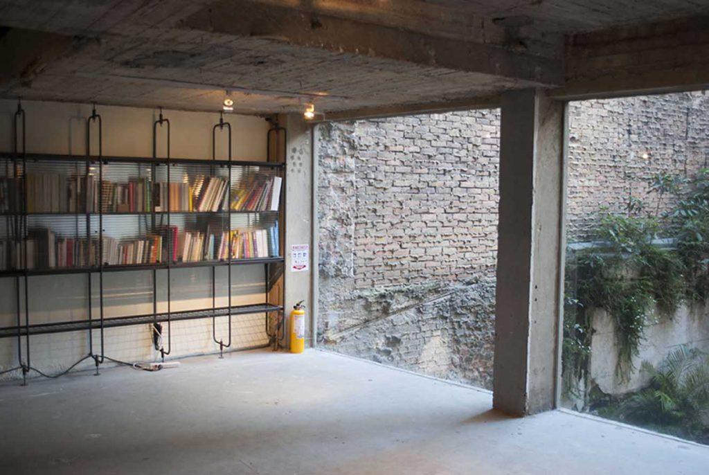 Vista de uno de los espacios en Odeón en donde se exhiben las obras de arte de forma alternativa.