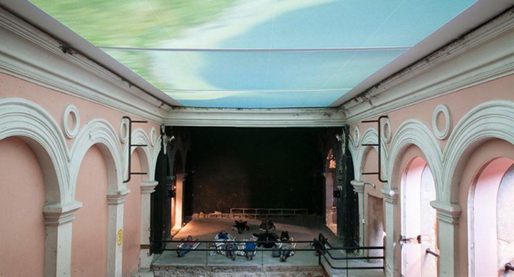 La construcción de los años cuarenta del Cinema Odeón es el escenario de esta feria de arte alternativa.