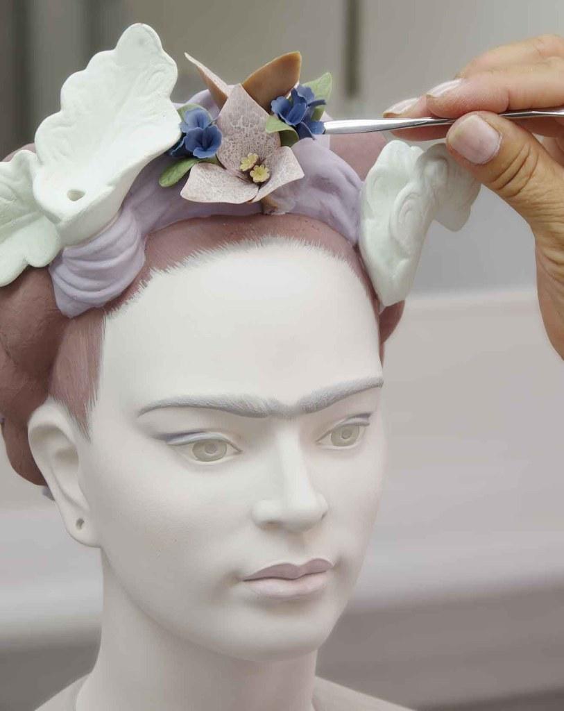 El busto de Frida Kahlo de Lladró es una obra hecha a mano. Fotografía: cortesía Lladró.