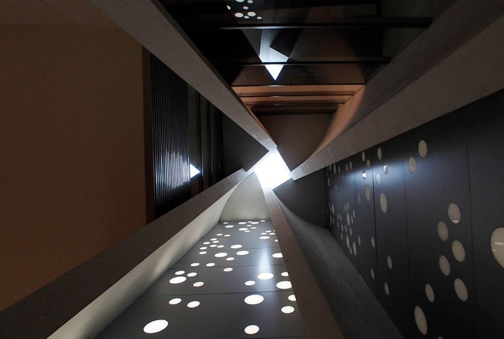 Vista desde el interior hacia uno de los domos que permiten la entrada de luz natural. Fotografía: cortesía Taka y Kobari.