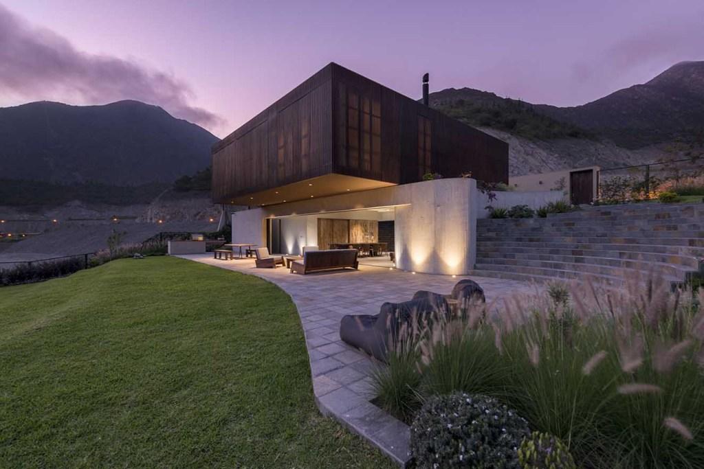 Al atardecer el diseño de la iluminación transforma el aspecto de la casa  y le da  un carácter mágico. Fotografía: Renzo Rebagliati.
