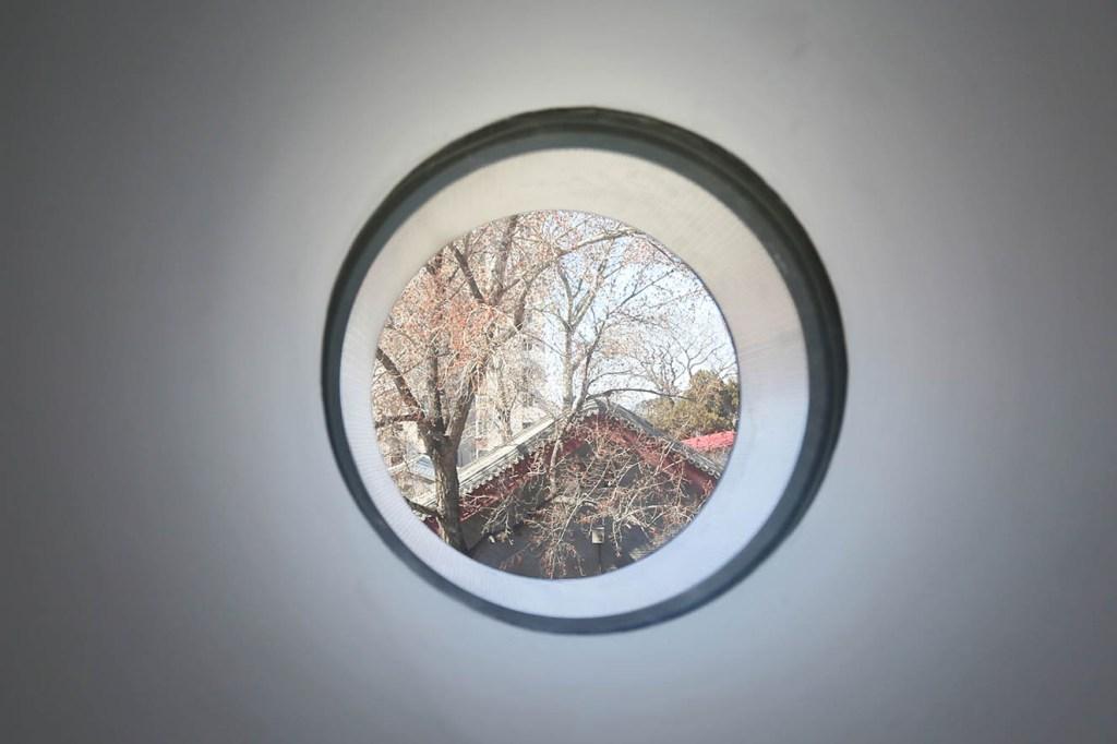 Detalle de los círculos que permiten visuales e las casas tradicionales o hutongs adyacentes. Fotografía: © Ole Scheeren Buro Photo by Buro OS.
