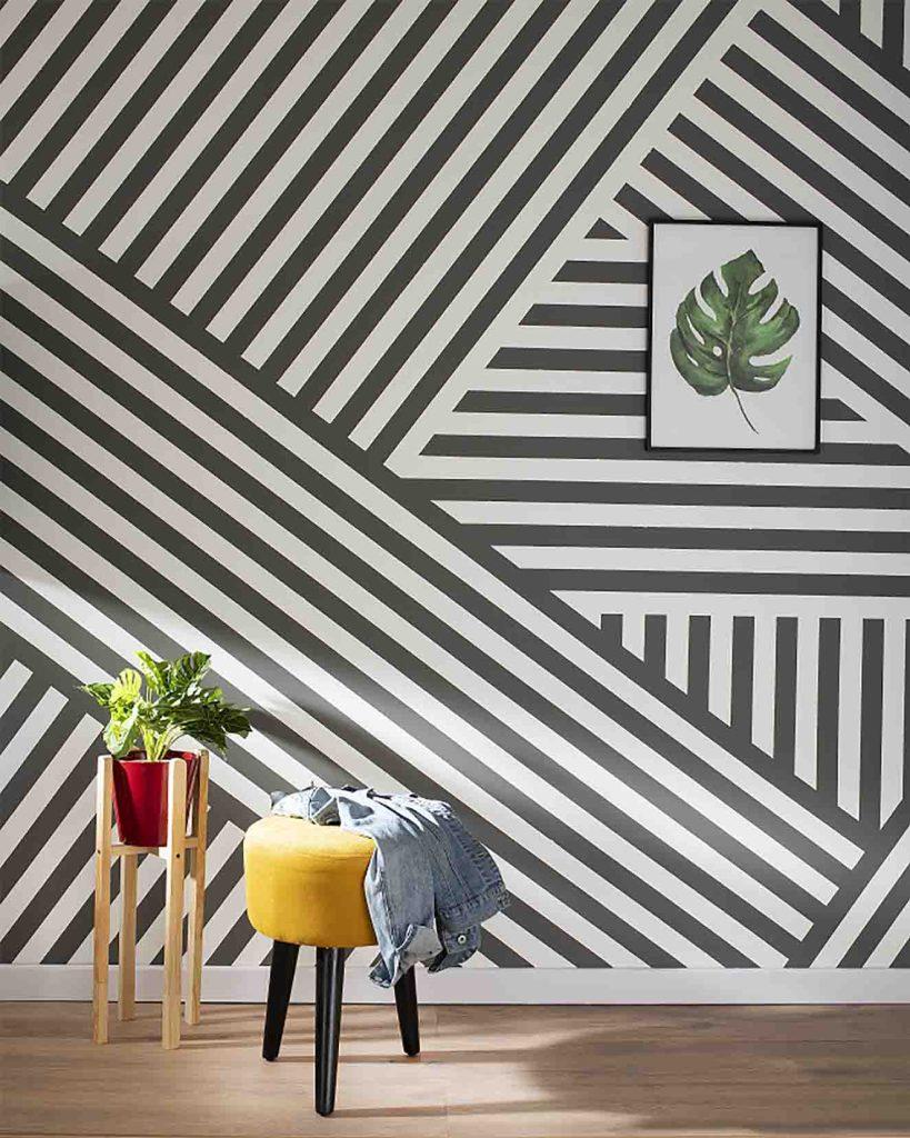 Las paredes pintadas con patrones geométricos son vanguardia. En la imagen se combina el tono blanco con el gris Tutong de Pinturas Kölor. Fotografía: cortesía.